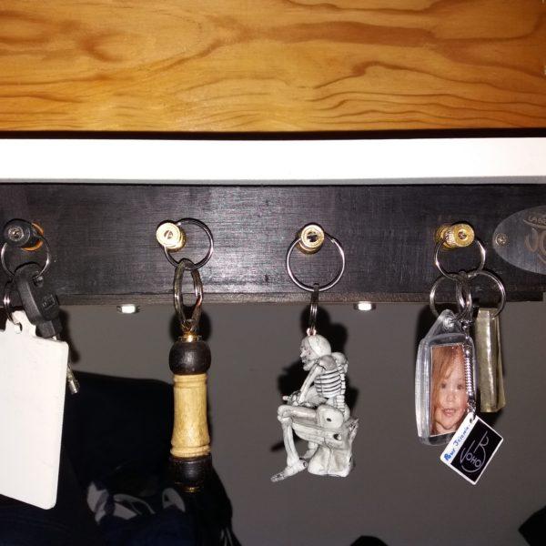 Range clés murale avec des prises jacks